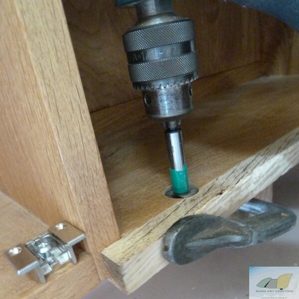 Gaten in vast kastdeel: boren met tijdelijdelijke opsluitlat